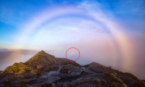 """Hình ảnh """"bóng ma"""" (vòng tròn đỏ) xuất hiện trên cầu vồng sương mù ở Scotland. Ảnh: SWNS."""