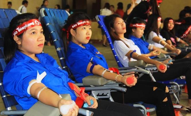 Nữ sinh Cao đẳng Sư phạm hiến máu.