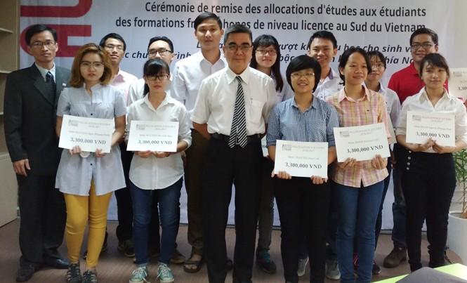 Sinh viên nhận học bổng Pháp ngữ.