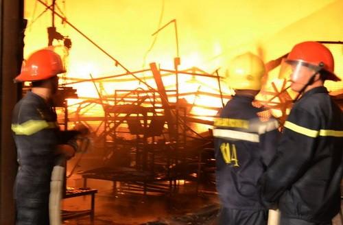 Các chiến sĩ PCCC dập lửa. Ảnh: P.T.