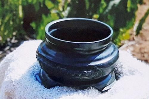 Bát nhang hương được nhóm người cho rằng là đồng đen để lừa đảo. Ảnh: Khánh Hương.