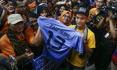 Người hâm mộ chào đón và hô vang tên Faiz khi anh trở lại Kuala Lumpur. Ảnh: EFE.