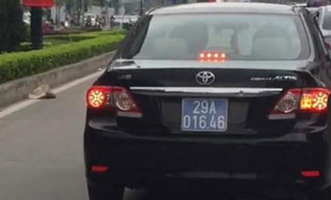 Xe biển xanh của Cục Thuế Hà Nội lấn làn buýt nhanh bị người dân ghi lại.