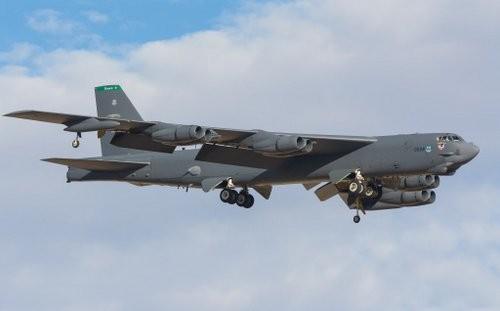 Máy bay B-52 hạ cánh xuống căn cứ. Ảnh: Wallpaper Safari.