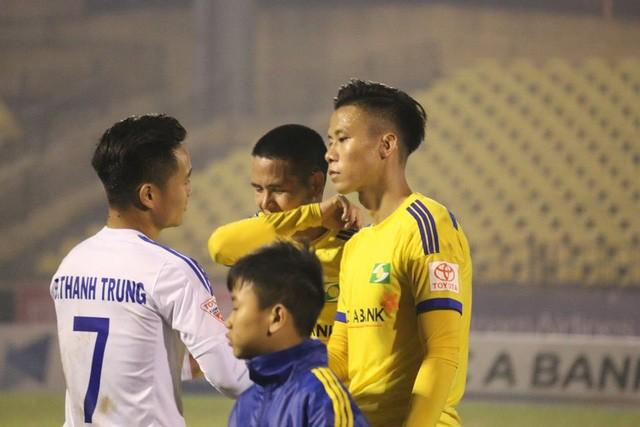 Các cầu thủ SLNA buồn bã rời sân nhà khi để thua ngược Quảng Nam 2-4.