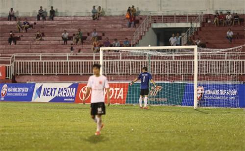 Thủ môn Minh Nhựt quay lưng lại, khi cầu thủ TP HCM đá phạt đền. Ảnh: Quang Liêm.