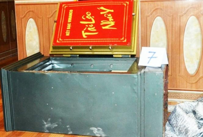 Chiếc két sắt bị cạy phá, trộm tiền ở chùa Khánh Vân.