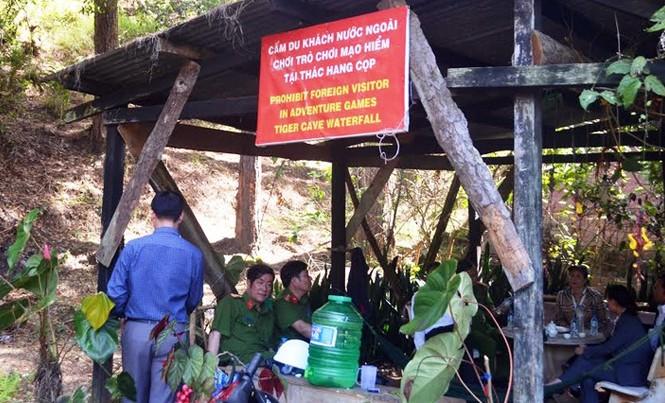 Biển cấm chơi trò chơi mạo hiểm đã được treo từ lâu tại thác Hang Cọp.