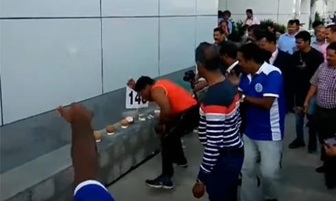 Người đàn ông tay trần đập vỡ hơn 100 quả dừa trong 50 giây