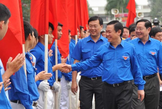 Phó thủ tướng Vương Đình Huệ bắt tay các bạn trẻ.