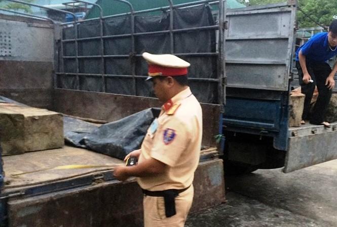 Lực lượng CSGT số 2 đang kiểm tra xe tải vận chuyển gỗ lậu.