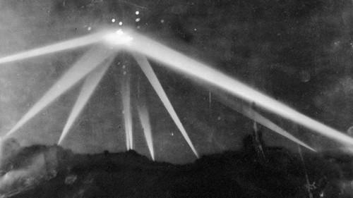 Hình ảnh được cho là ghi lại cuộc tấn công trên bầu trời Los Angeles. Ảnh: History.com.