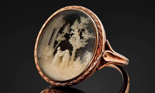 Chiếc nhẫn vàng Napoleon Bonaparte tặng cho Caroline du Colombier. Anhr: BNPS.