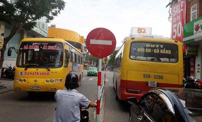 Những tuyến đường trung tâm Đà Nẵng đang bị chèn lấn bởi nhiều tuyến xe buýt chạy trùng tuyến. Ảnh: Nguyễn Thành.