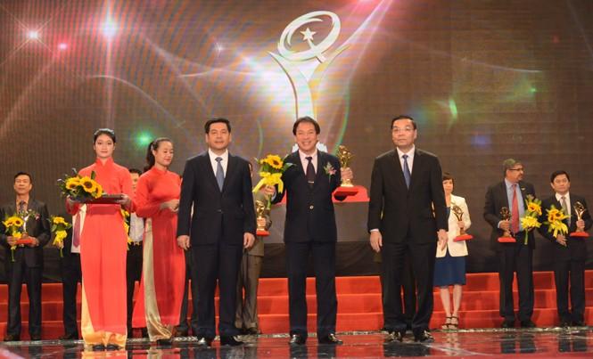Phó Tổng giám đốc BSR Nguyễn Ngọc Anh nhận giải Vàng chất lượng quốc gia cho sản phẩm xăng dầu Dung Quất.
