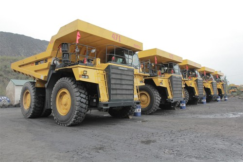 """5 chiếc """"siêu xe tải"""" Komatsu HD785 với tổng giá trị 99,88 tỷ đồng. Ảnh: Vinacomin."""