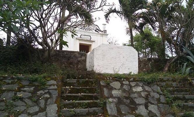 """Nghĩa trang """"Đồi hài cốt"""" nằm trên một gò cao tựa lưng vào núi Sơn Trà, hướng mặt ra biển. Ảnh: HC."""