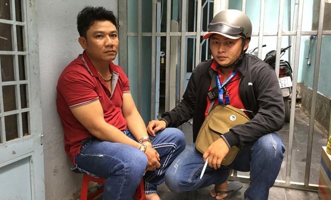 Đối tượng Hồng (ngồi ghế) bị bắt giữ khi đang lẩn trốn tại nhà trọ của mình.
