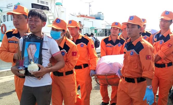 Người thân đau đớn trước cái chết của 9 thuyền viên trên tàu Hải Thành 26. Ảnh: Đ.T.