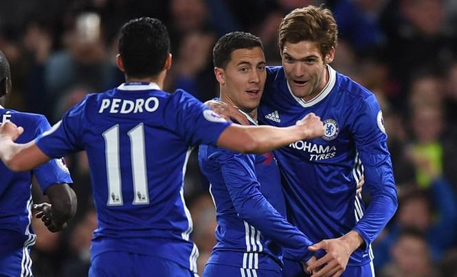 Hazard (giữa) ăn mừng cùng các đồng đội sau khi ghi bàn.