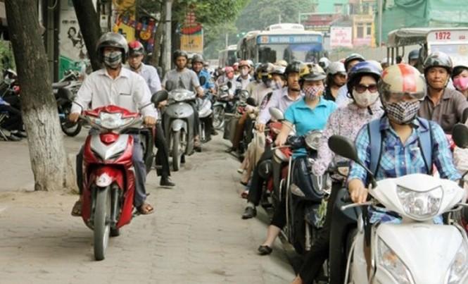 Đi xe máy trên vỉa hè, người điều khiển xe máy có thể bị phạt từ 300.000 đồng- 400.000 đồng.