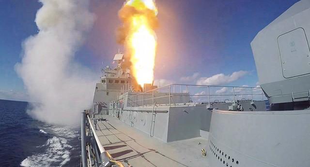 Tàu khu trục Đô đốc Grigorovich phóng tên lửa Kalibr nhằm vào các mục tiêu khủng bố ở Syria. Ảnh: Sputnik.