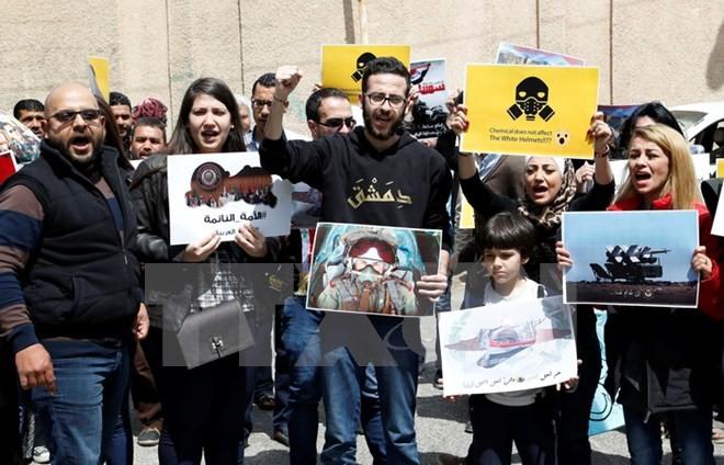 Người dân thủ đô Damascus biểu tình phản đối vụ tấn công bằng tên lửa của Mỹ. (Nguồn: EPA/TTXVN)