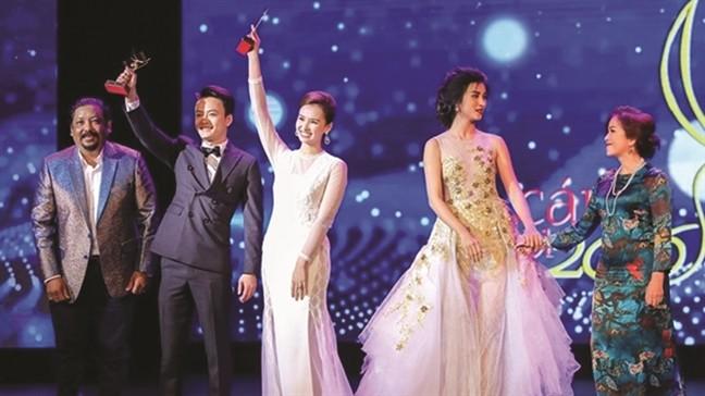 Sự cố thiếu cúp cho nữ diễn viên Minh Trang (bìa phải) như thế này chỉ có thể do lỗi con người.