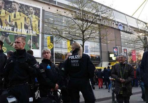 Cảnh sát Đức bảo vệ bên ngoài sân Signal Iduna Park. Ảnh: Reuters.