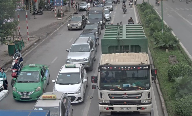 4 xe rác 'rồng rắn' cướp đường buýt nhanh BRT