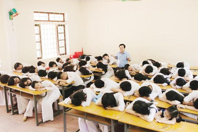 Những bức ảnh kỷ yếu được chụp trong lớp học, giúp các em học sinh lưu giữ hình ảnh đẹp về thầy cô, bạn bè.