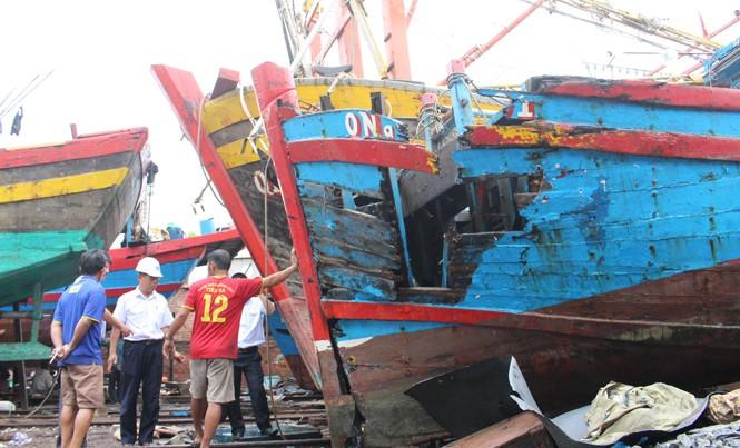 Tàu QNa 09191 bị đâm nát vừa được chủ tàu tự trục vớt lên.