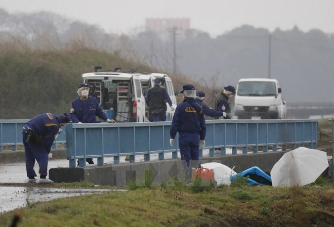 Cảnh sát điều tra tại bờ sông, nơi phát hiện ra thi thể bé Lê Thị Nhật Linh tại Abiko ngày 26/3. Nguồn: AFP/TTXVN.