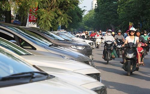 Hà Nội đã cấp phép cho việc trông giữ ôtô dưới lòng đường tại một số tuyến phố trung tâm. Ảnh:Ngọc Thành.