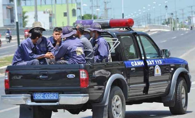 Nhóm thợ hàn được đưa lên xe cảnh sát 113 về trụ sở công an quận Bình Thủy làm việc.