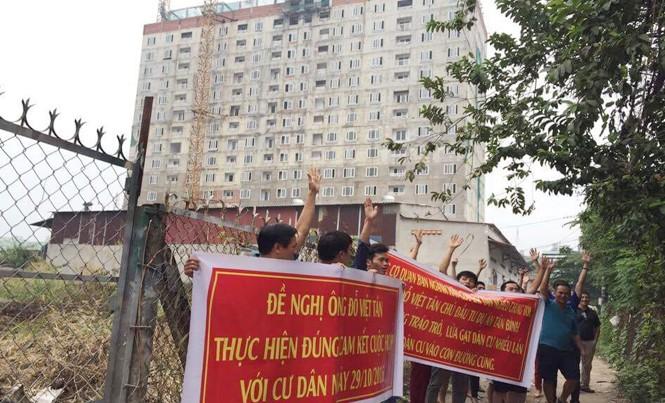Khách hàng treo băng rôn phản ánh chủ đầu tư Tân Bình Apartment.