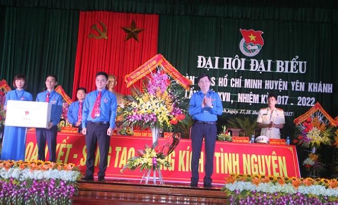 Bí thư T.Ư Đoàn, Chủ tịch Hội đồng Đội T.Ư Nguyễn Long Hải tặng hoa chúc mừng Đại hội.