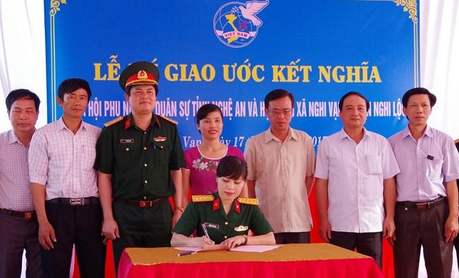 Hội phụ nữ Bộ CHQS tỉnh và Hội LHPN xã Nghi Vạn kí kết chương trình kết nghĩa.