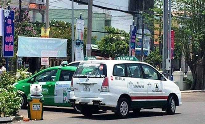Xe taxi Mai Linh bị chặn đầu khoá đuôi.