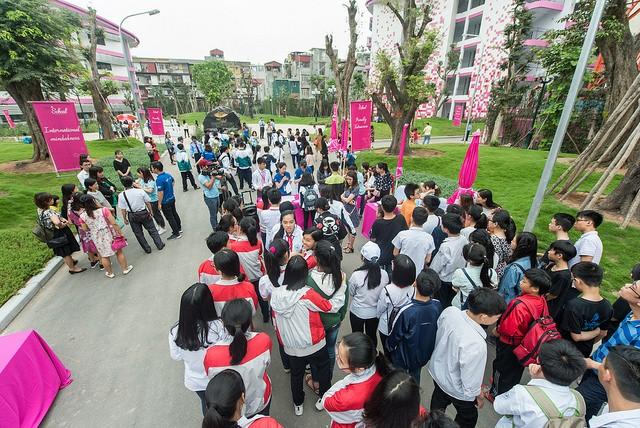 Hàng nghìn thí sinh đăng ký tham gia.