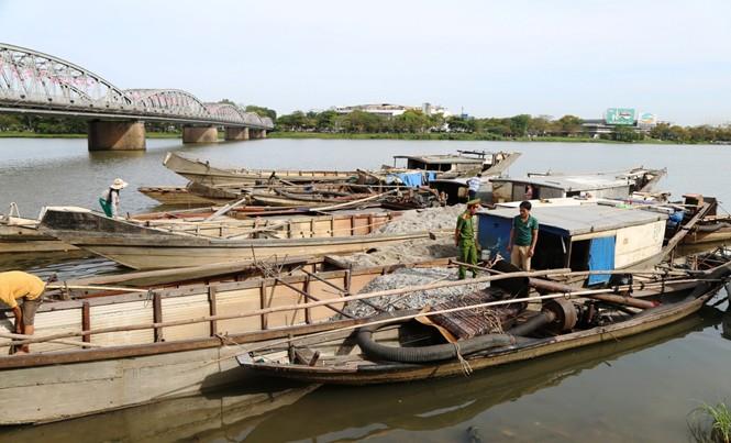Các thuyền khai thác cát sông Hương trái phép bị công an bắt quả tang đêm 9/5.