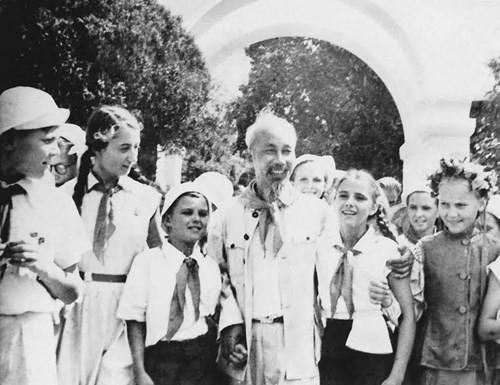 Bác Hồ với các cháu thiếu nhi Liên Xô (8/1957). Ảnh: Tư liệu.