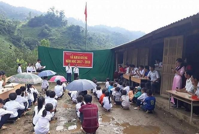 """Hình ảnh lễ khai giảng đơn sơ của thầy và trò Trường Tiểu học Thái Sơn (Bảo Lâm, Cao Bằng) gây """"bão"""" mạng. Ảnh: Internet."""