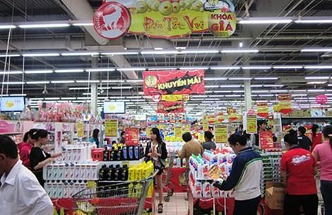 Hàng nội địa và hàng ngoại trong bối cảnh dỡ bỏ hàng rào thuế quan đang khiến thị trường bán lẻ Việt Nam nổ ra cuộc cạnh tranh khốc liệt. Ảnh: Pháp Luật TP HCM