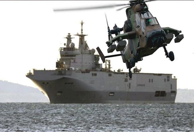 Tàu Mistral có thể chứa 16 trực thăng, bao gồm 6 chiếc có thể triển khai cùng lúc trên boong cất cánh.