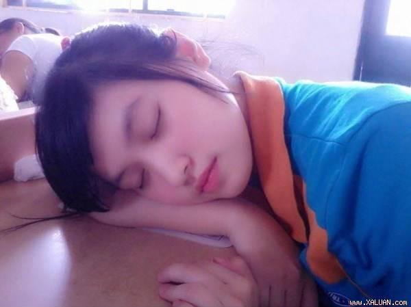 Nữ sinh Việt ngủ trong lớp gây sốt vì quá xinh