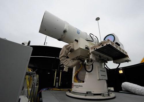 Trong ảnh hệ thống vũ khí laser Hải quân Mỹ thử nghiệm trên tàu đổ bộ USS Ponce cuối năm 2014.