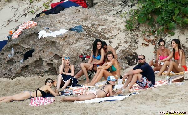 Leonardo DiCaprio cùng chụp hình với các bóng hồng sexy trên bãi biển.
