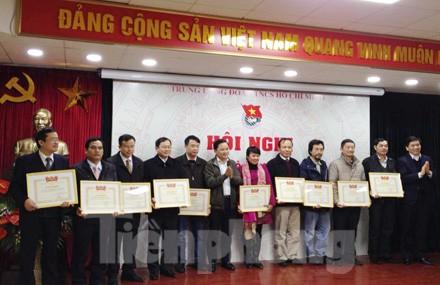 Báo Tiền Phong được nhận bằng khen của BCH TƯ Đoàn do đạt danh hiệu tập thể lao động xuất sắc. Ảnh: Phong Cầm.