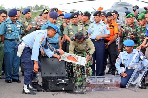 Thiết bị ghi dữ liệu hành trình của chuyến bay QZ8501 được đặt vào một thùng trong suốt chứa nước ngọt khi tới sân bay ở Pangkalan Bun. Ảnh:Channel News Asia.
